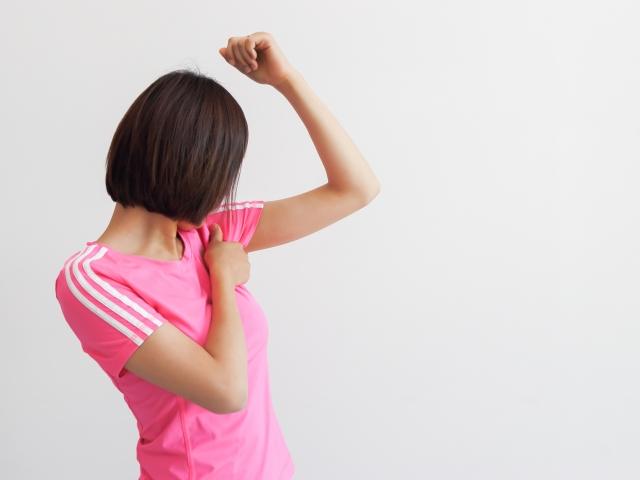汗を気にしている女性の画像