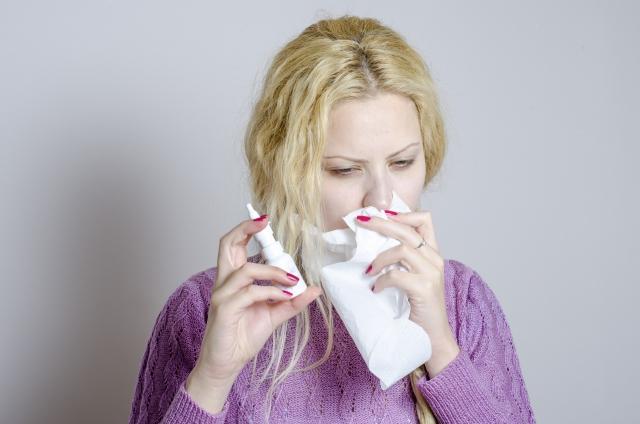 鼻水の女性