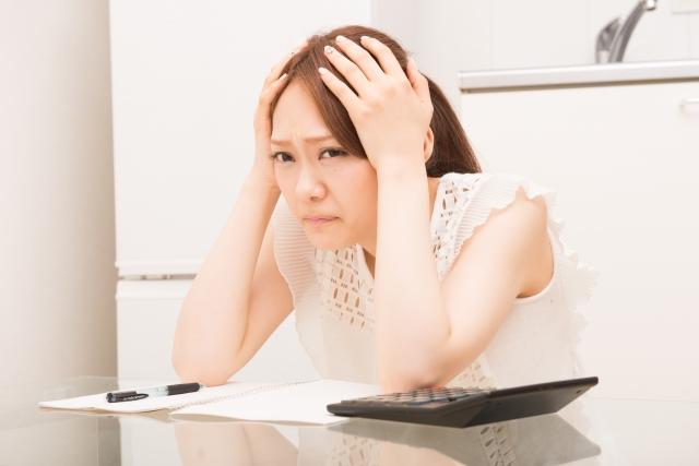 頭をかかえている女性の画像