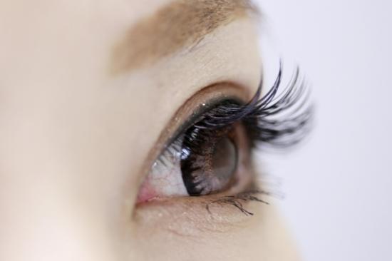 306.eyelash-extensions-allergy-01